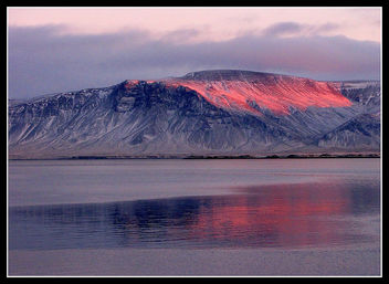 The last rays of the setting sun color Mount Esja on a cold winter day - image gratuit(e) #280765