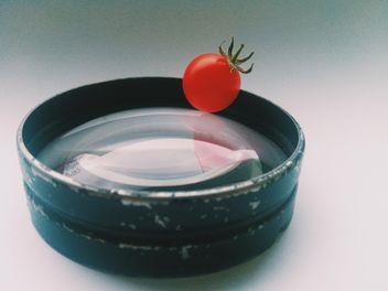 Tomato on macro lens - image #297545 gratis