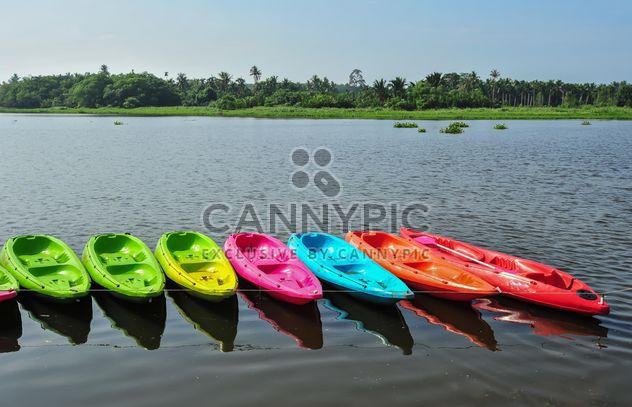 Kayaks colorés à quai - image gratuit(e) #301655