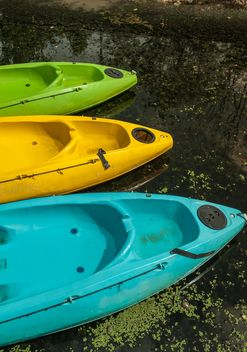 Colorful kayaks docked - image #301665 gratis