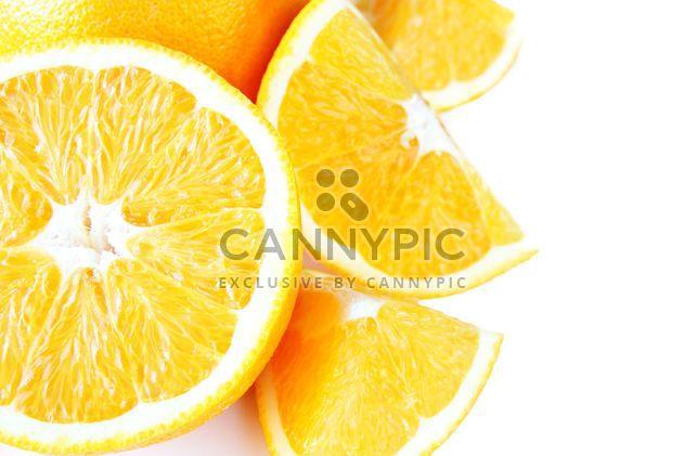 Rodajas de naranja sobre fondo blanco - image #301965 gratis