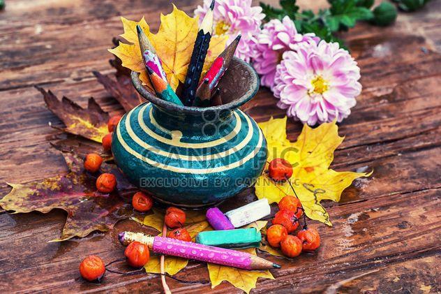 Florero con lápices, rowan y hojas - image #301985 gratis