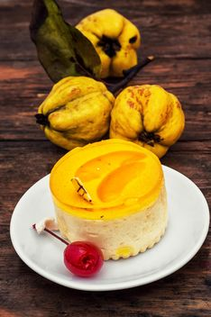Quinces and yellow cake - image #302065 gratis