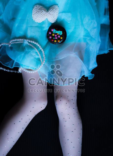 Fille en robe bleue assis sur fond noir - Free image #302505
