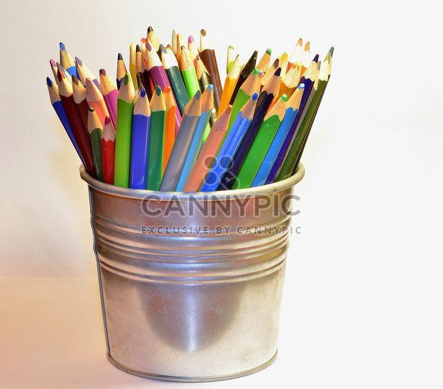 Lápices de colores en un cubo -  image #302825 gratis