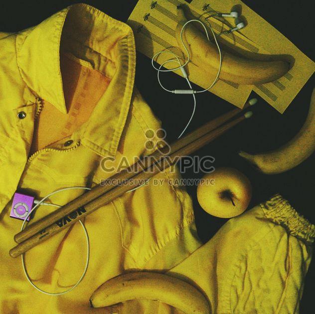Choses jaunes sur fond noir - image gratuit(e) #303305