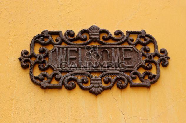 velho bem vindo sinal na parede amarela - Free image #304075