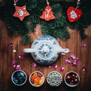 Teapot, bowls with Christmas decorations - бесплатный image #317345