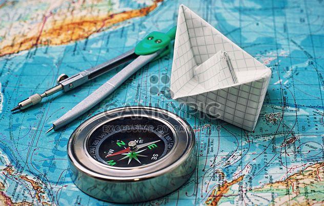 Barco de papel e bússola no mapa - Free image #327335