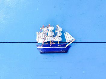 Toy ship on blue background - image gratuit #328185