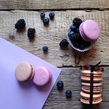 Macaroons, blueberries and blackberries - image gratuit #329095