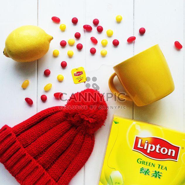 Objetos de color rojos y amarillos sobre un fondo blanco - image #329185 gratis