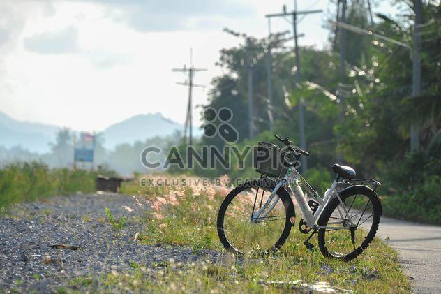 Einsames Fahrrad auf Land - Kostenloses image #330345