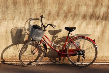 City bicycle leant on wall - image gratuit #330355