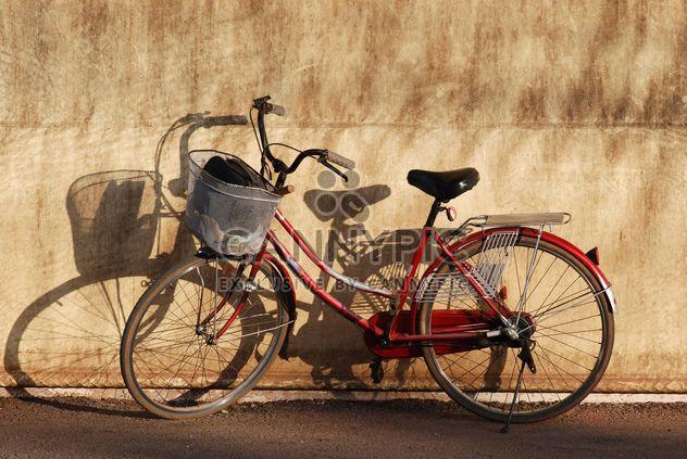 Vélo de ville s'appuyait sur le mur - image gratuit #330355