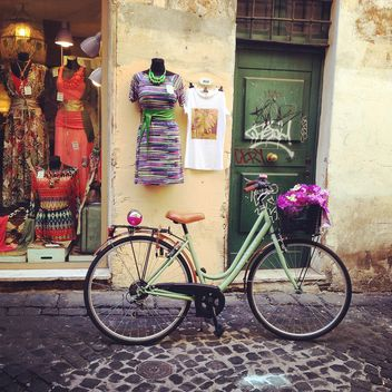 Old bicycle in in street of Rome - image gratuit #331255