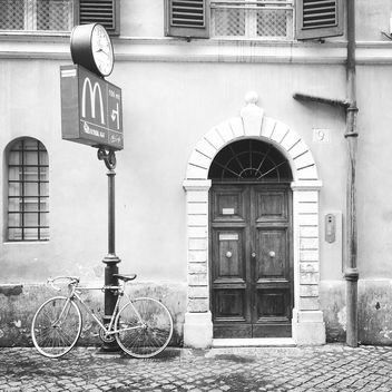 Bike parked near house - image gratuit #331295