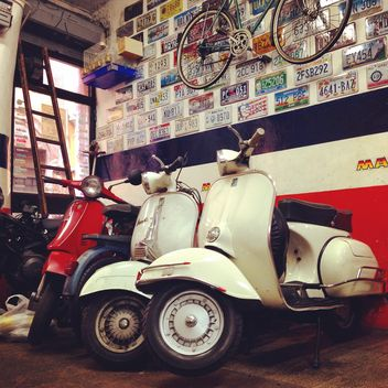 Vespa scooters in garage - image gratuit #331325