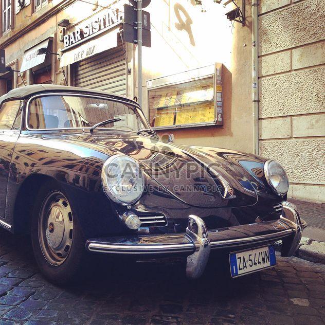 Viejo coche aparcada cerca de casa - image #331375 gratis