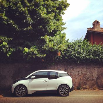 White BMW i3 car parked on street - image gratuit #331465
