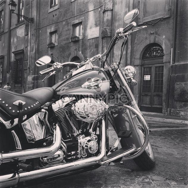 Moto garée près de maison - image gratuit #331595
