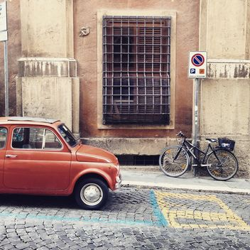 Fiat 500 on the road in Rome - image gratuit #331835