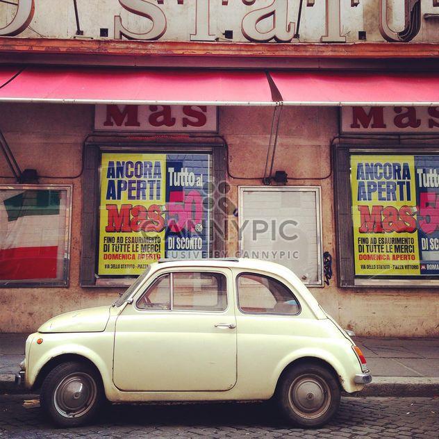 Blanco Fiat 500 en la calle - image #331915 gratis