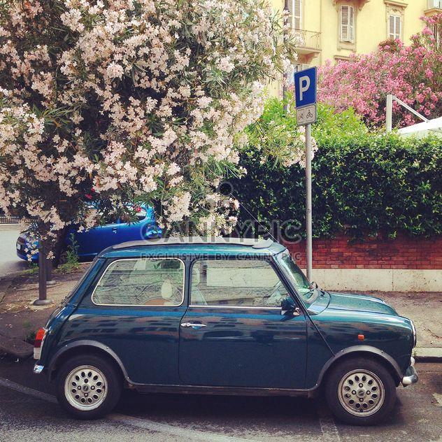Kleine retro-Auto auf der Straße - Kostenloses image #331925