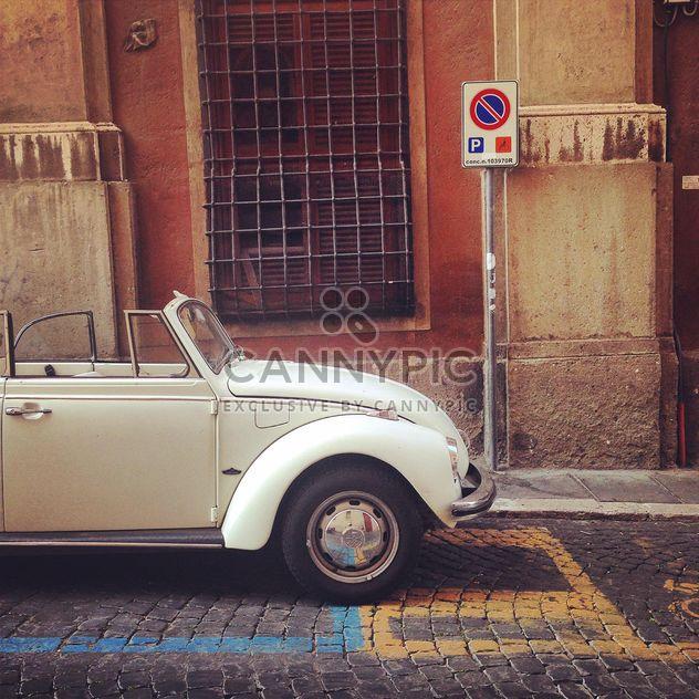 Vieille voiture blanche près du bâtiment - image gratuit #331945
