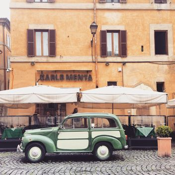 Old Fiat near outdoors cafe - image gratuit #332315
