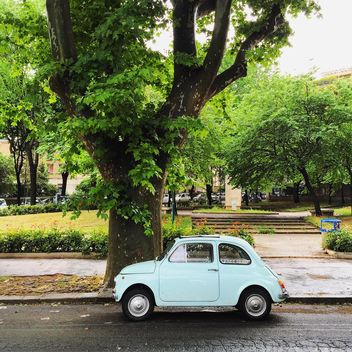 Old white Fiat 500 in park - image gratuit(e) #332365