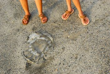 Children's legs on sand - бесплатный image #332915