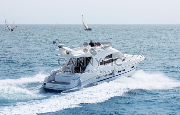 Белая яхта на синем море - бесплатный image #333265