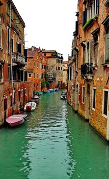 Gondolas on canal in Venice - image #333615 gratis
