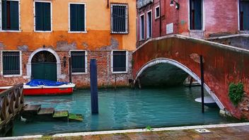 Gondolas on canal in Venice - image #333645 gratis