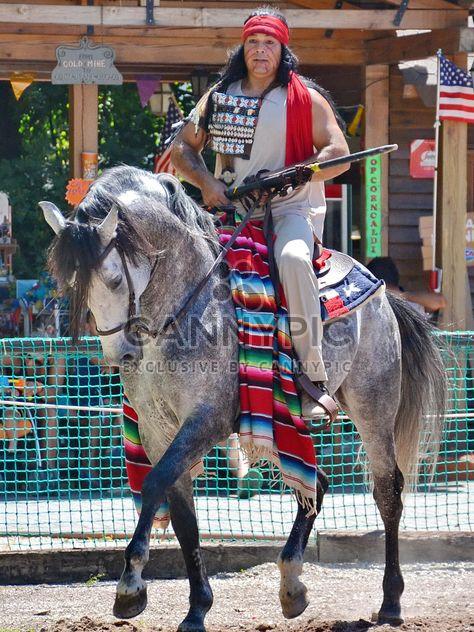 Cavalier de cheval dans un costume d'Indien d'Amérique - image gratuit #334855