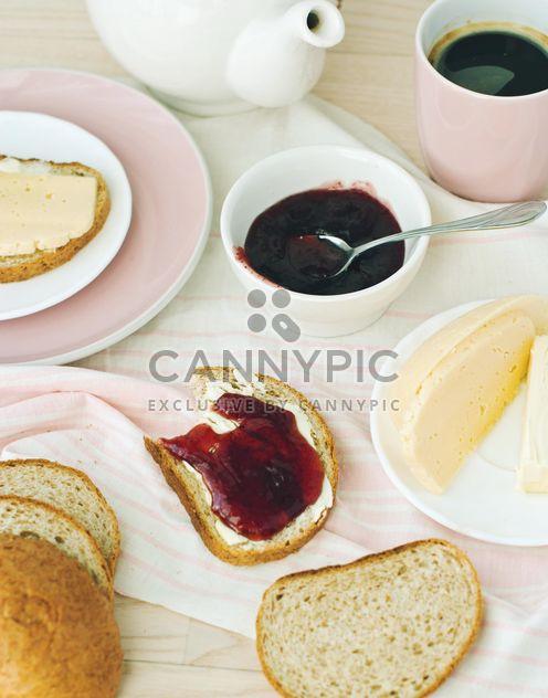 Kaffee und Brötchen mit Butter und Marmelade - Free image #337895