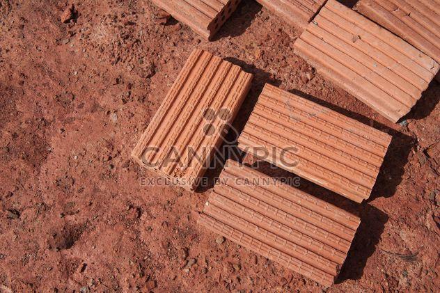 Briques rouges sur terrain - Free image #338255