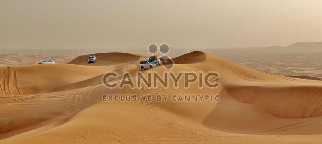 Coches blancos en el desierto -  image #339145 gratis