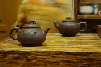 Clay teapots on table - image gratuit(e) #339225