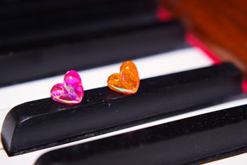 Closeup of piano decorated with tiny hearts - бесплатный image #341475