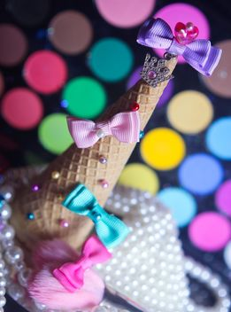 Icecream cone with ribbons and stars on a background of colorful eyeshadow palette - Kostenloses image #341505