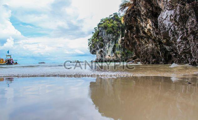 Paisaje marino con acantilado - image #344105 gratis