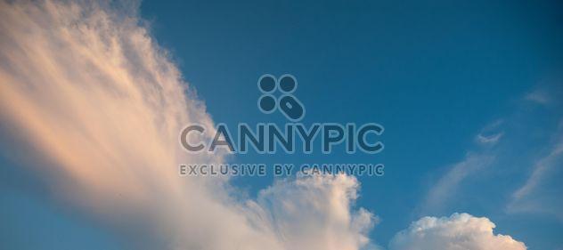 Ciel bleu nuageux - image gratuit #344135