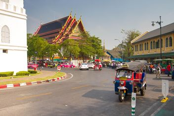 Traffic in front of temple - image gratuit #344445