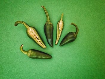 Green peppers on green background - image gratuit(e) #344525