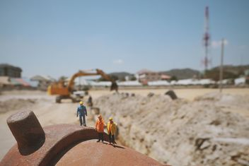 Miniature statuettes of engineer and workers at construction site - image gratuit #346595