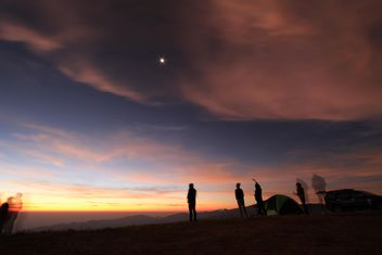 Silhouette of tourists in mountains at sunset - бесплатный image #346985