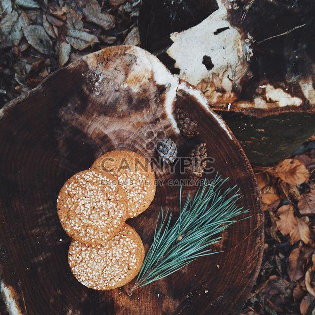 Biscuits au sésame sur moignon en bois - image gratuit #347175