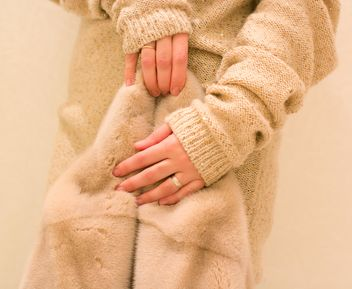 Fur coat in female hands clsoeup - Kostenloses image #347955